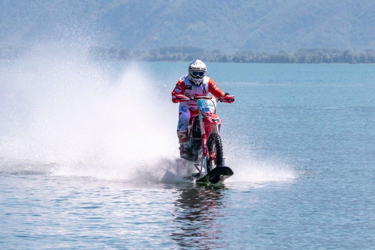 Luca Colombo. L'enregistrement s'exécute vélo sur l'eau