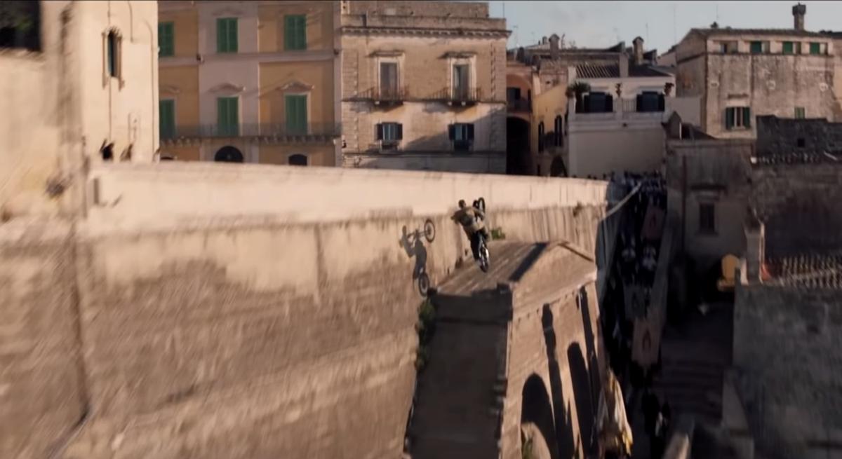 VIDÉO. D'attente pour la remorque de 007 Pas le temps de mourir le spectaculaire saut de moto