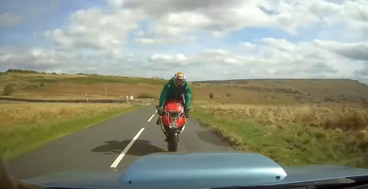 Avant, entre la moto et la voiture à 113 km/h et l'airbag va sauver la vie du coureur