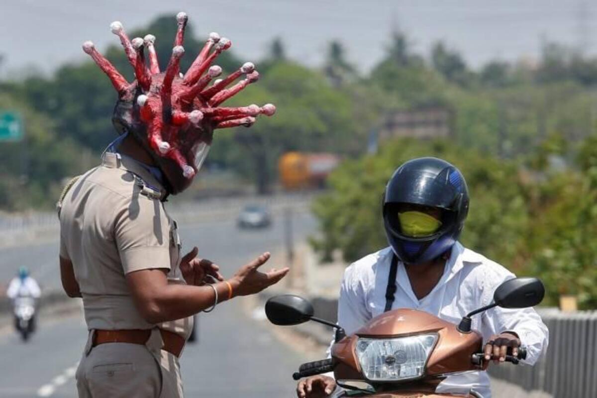 La Police indienne déguisés comme les attaques de virus et les motards