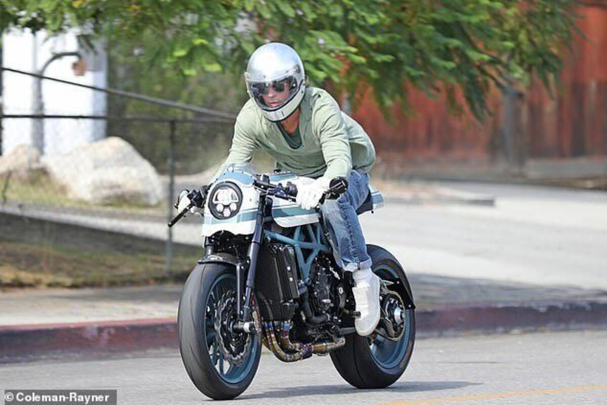 Brad Pitt en moto, les gants et la maison blanche Angelina Jolie: c'est la première réunion après le divorce [VIDEO]