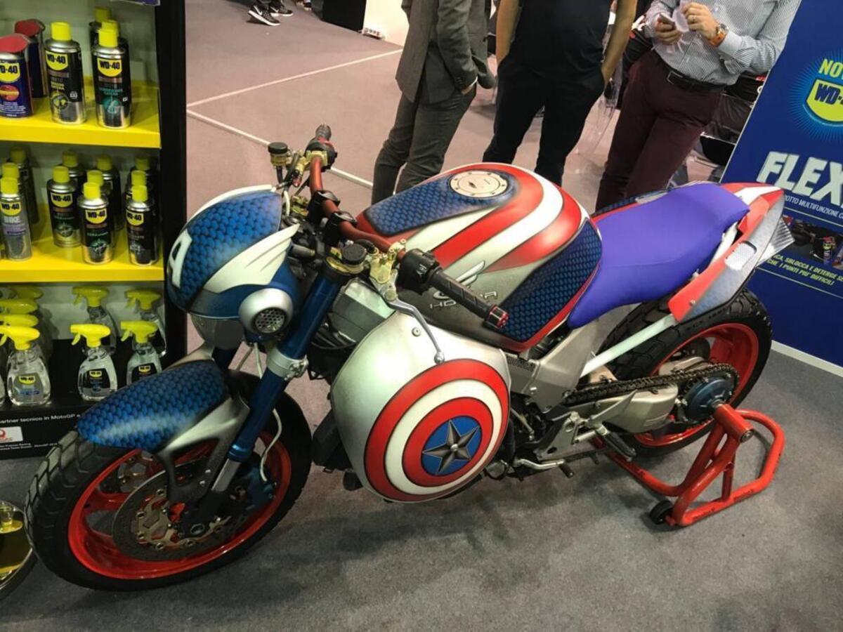 L'étrange Mouvement.fr: la Honda VFR 800 Captain America