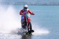 Honda, avec un CRF450R sur l'eau à 104 km/h: le nouveau record
