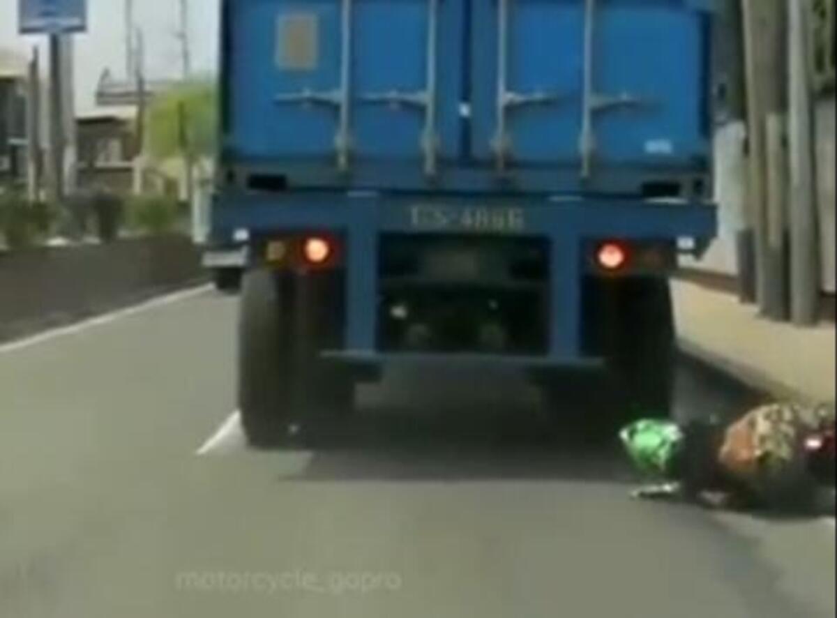 Accident de motocyclette: scooter sous les roues du camion. Miracle [VIDEO CHOC]