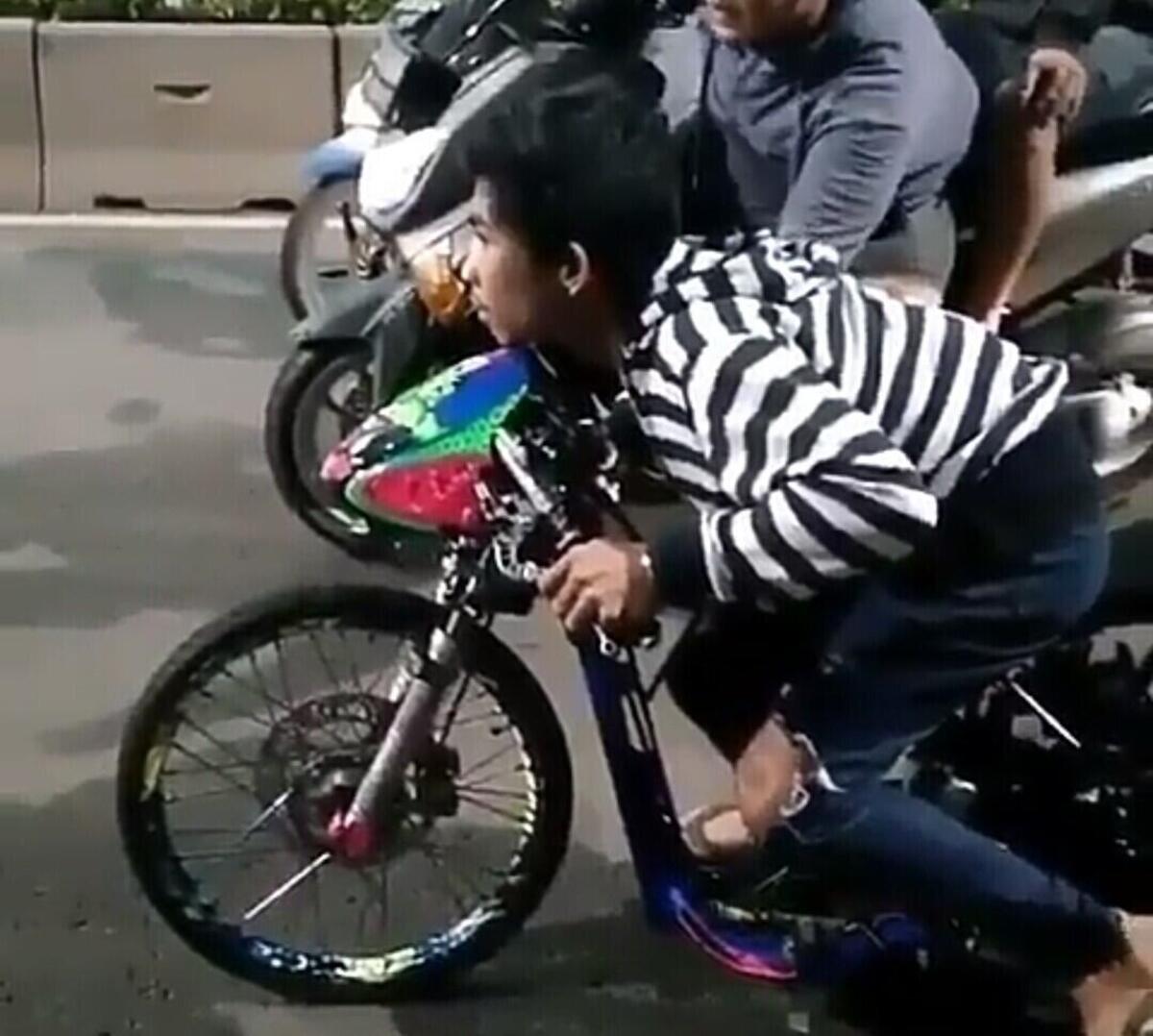 Course de dragster moto sans casque et des tongs au pied [VIDEO VIRALE]