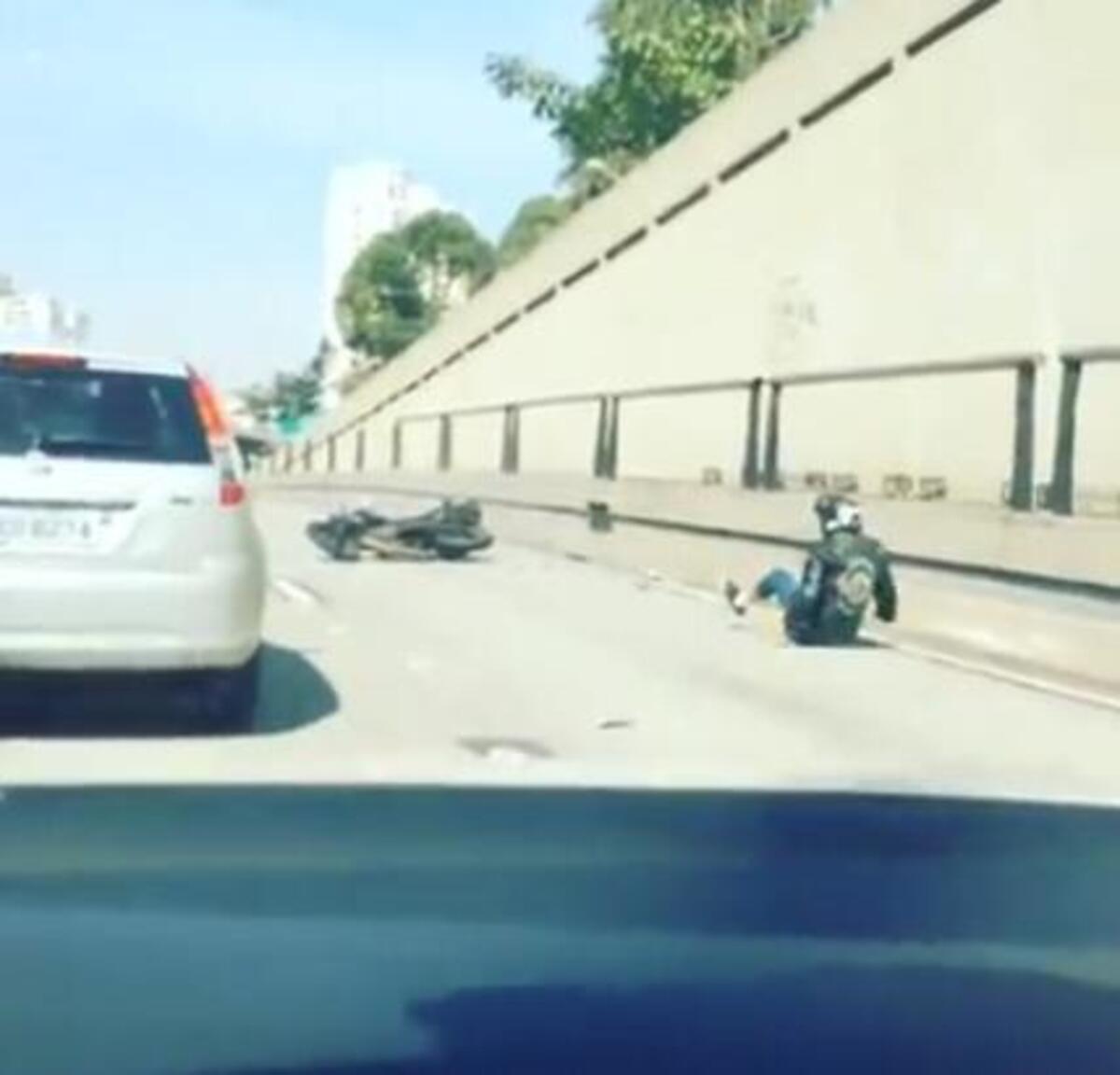 En mouvement, essayez de donner un coup de pied dans une voiture et se retrouve au les roues en l'air [VIDEO VIRALE]