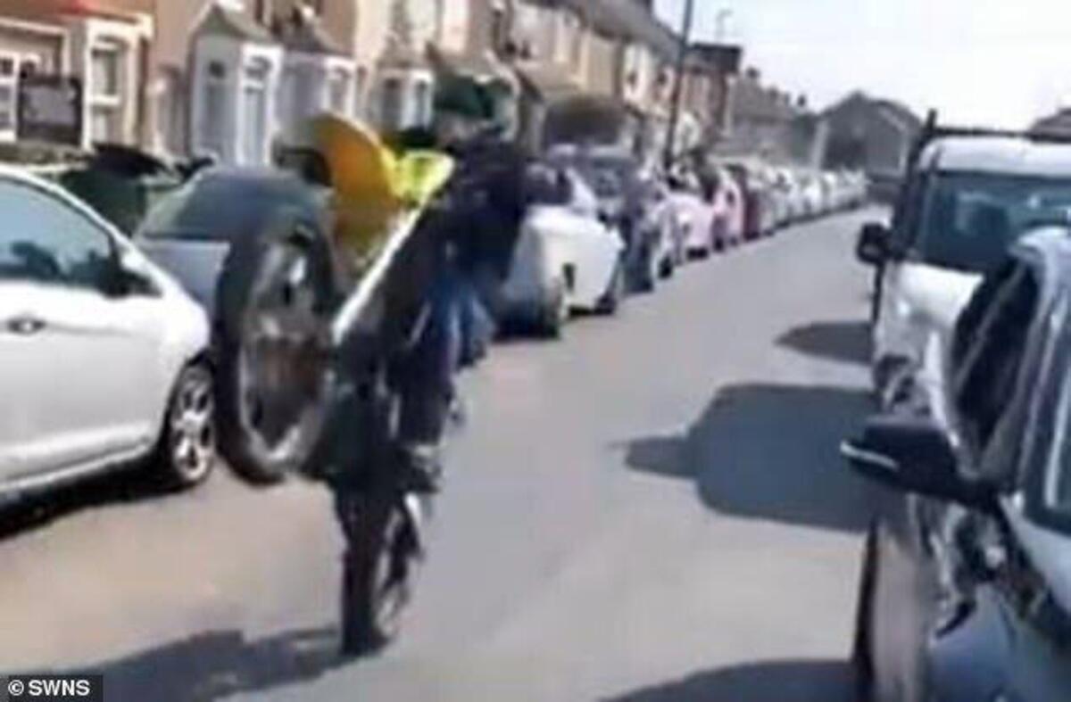 Faire un wheelie le vélo pour les funérailles d'un motard. Dix-sept ans, est tué [VIDEO]