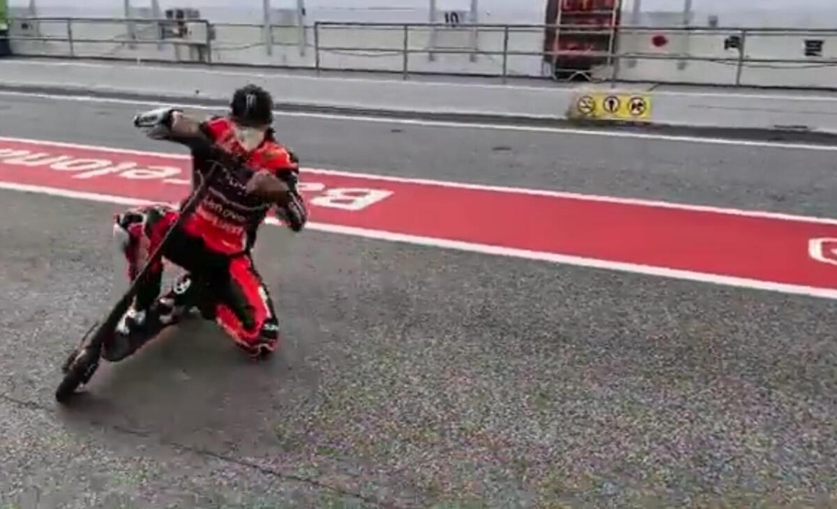 La moto ou le scooter, peu importe: pour Scott Redding, le genou à terre est une religion [CRAZY VIDEO]