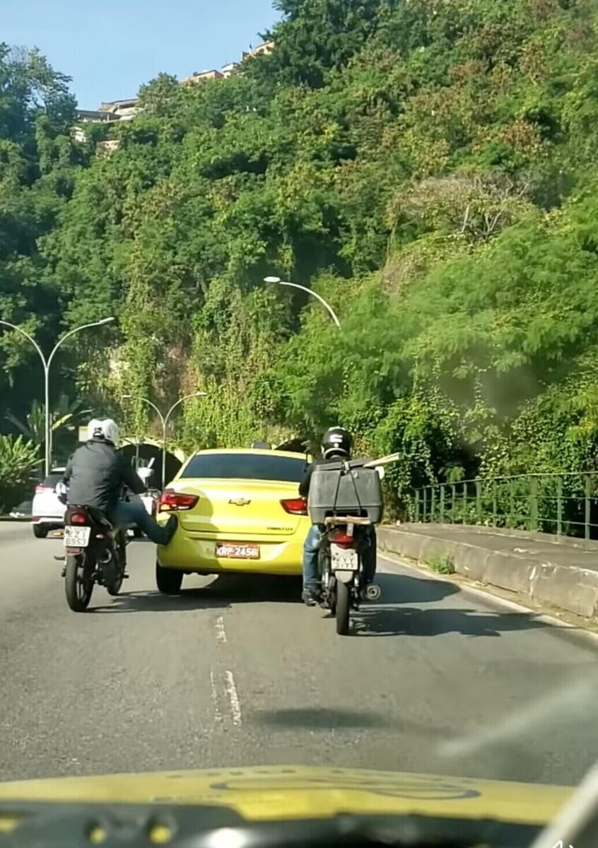 Le cœur de la moto est le plus important: taxi en difficulté, deux vélos, pour être en relief [VIDEO VIRALE]
