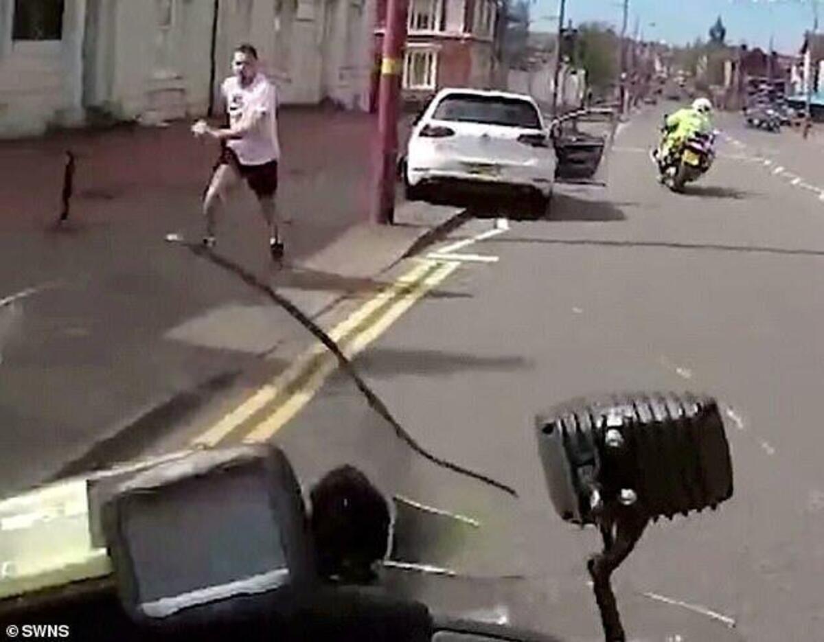 Le policier dans le mouvement de la plaque le fugitif comme dans le rugby [VIDEO VIRALE]