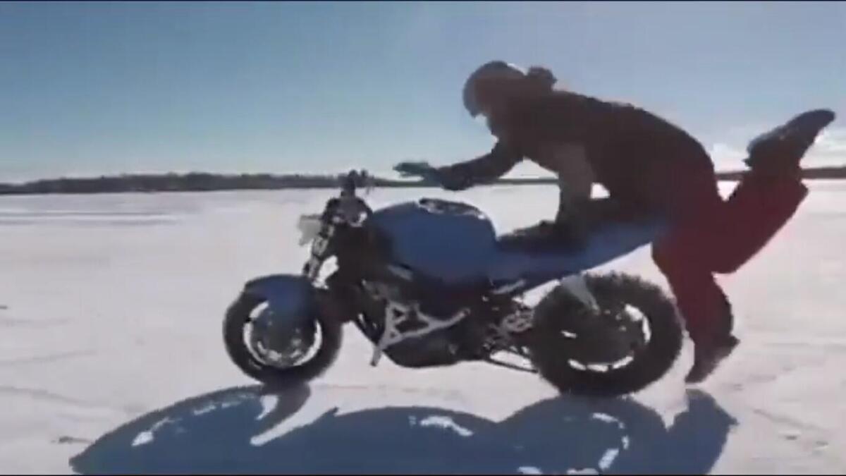 Le vélo sur le lac gelé est sur pied, le pilote n'est pas... Et devrait aller après elle [CRAZY VIDEO]