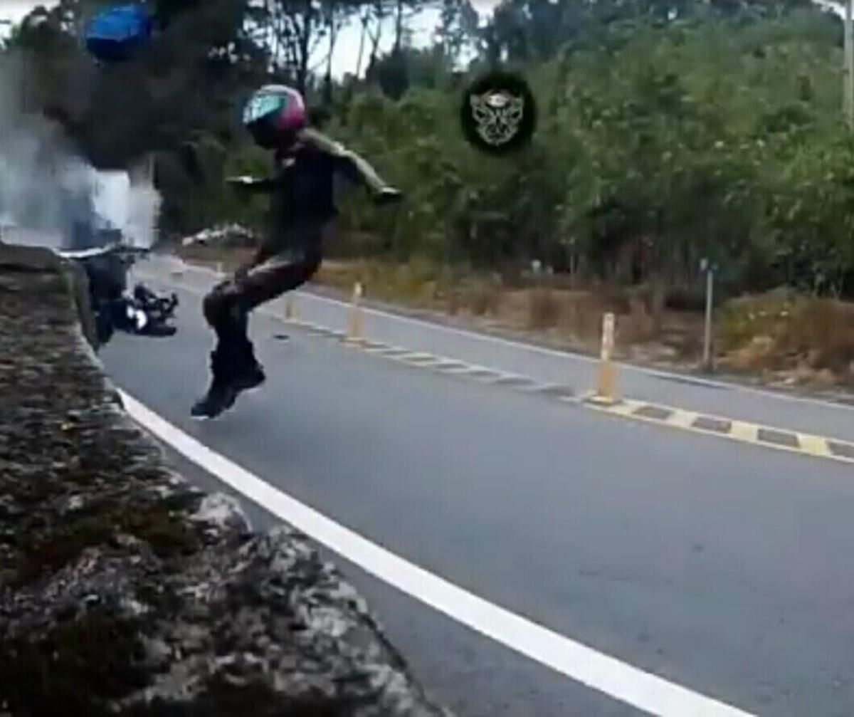 Tombe sur le vélo et le glissement, il en frappe un autre. Vol fou d'images et de froid! [VIDEO CHOC]