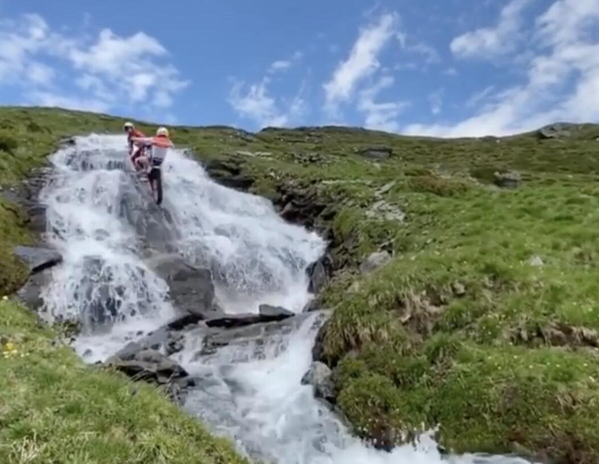 Toni Bou seulement écologique, mais ce est un spectacle à voir grimper la chute d'eau dans le Val di Susa [VIDEO]