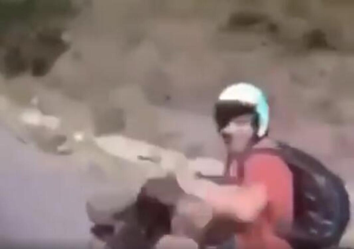 Scooter crash: voici comment se blesser, se donnant lui-même cinq [VIDEO VIRALE]